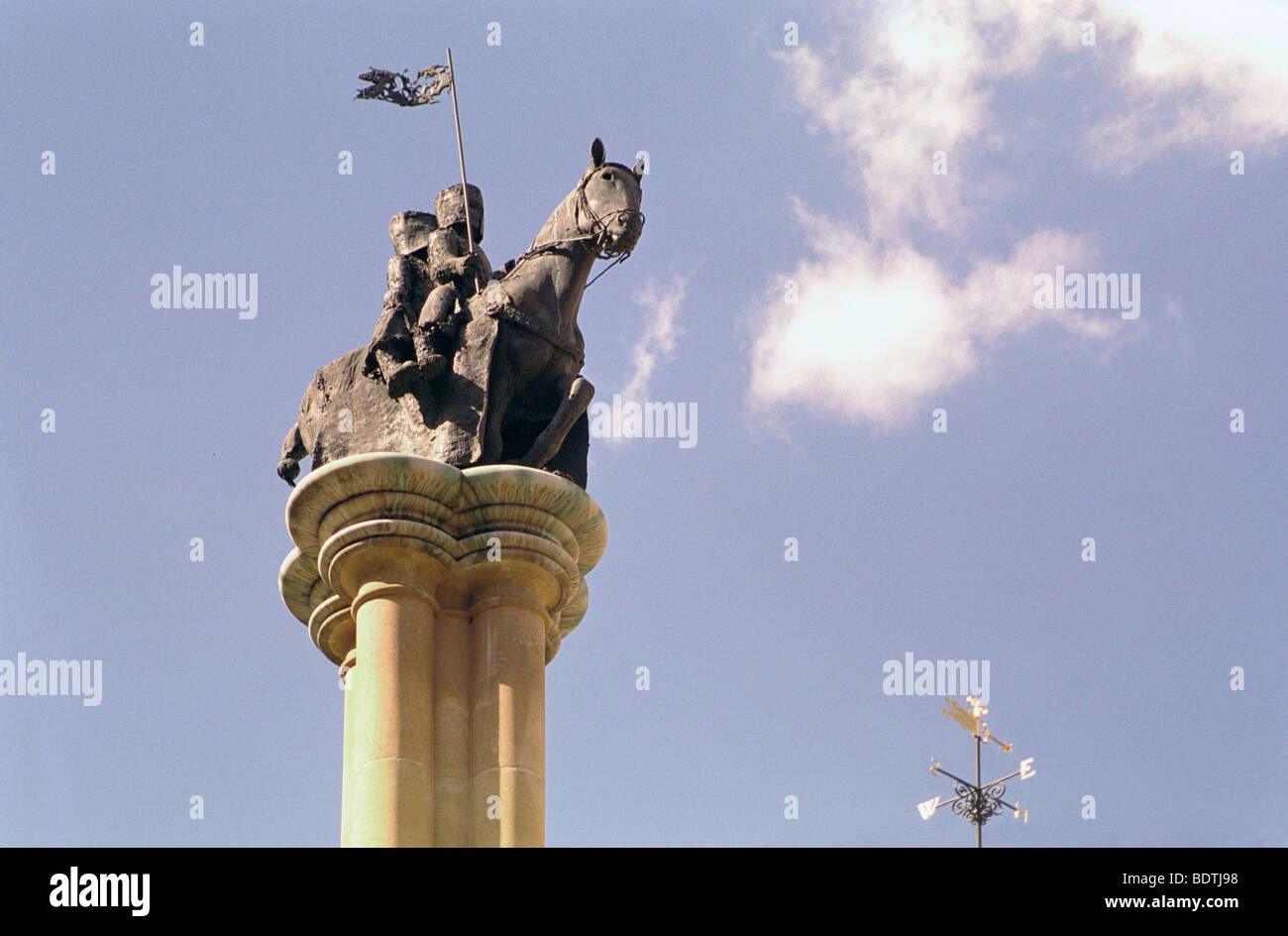 Knights templar, statue, Temple, Middle, London, two knights on horseback with torn flag pennant - Stock Image
