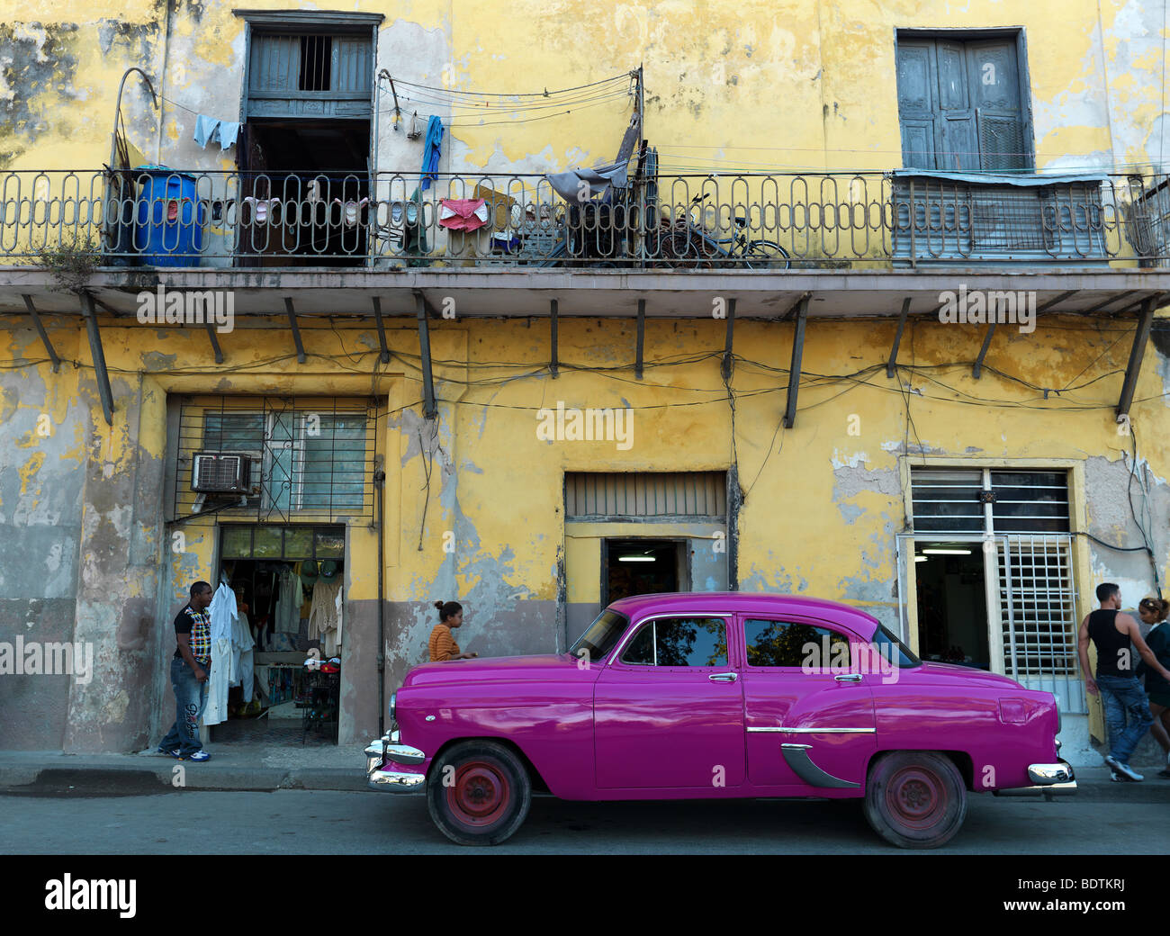 A historic car in the streets of Havanna, Cuba, with its old houses, seen on February 21, 2009 - Stock Image