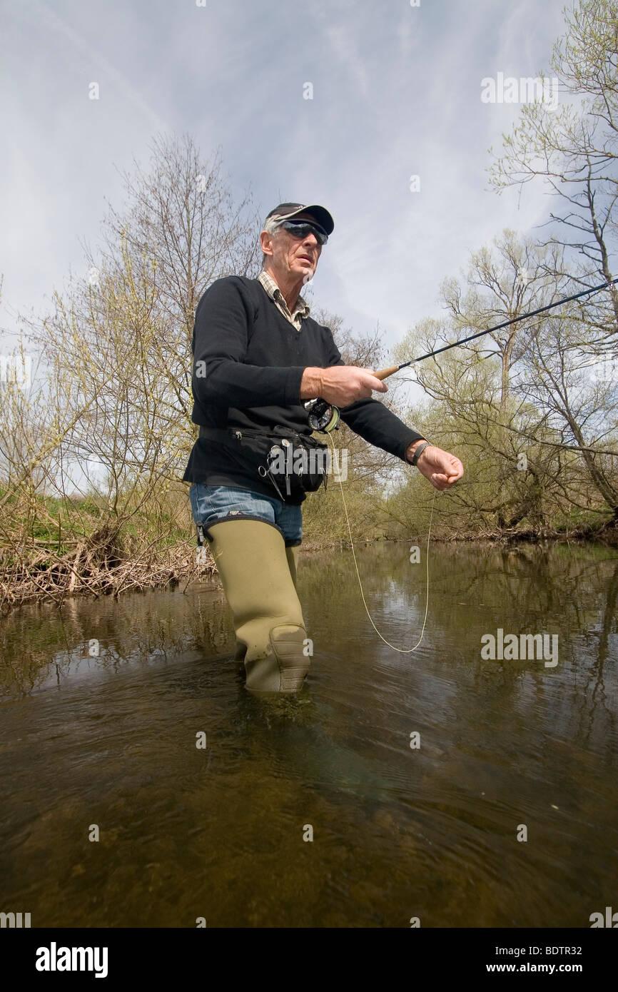 Mann beim Fliegenfischen, Vulkaneifel, Rheinland-Pfalz, Deutschland, fly-fischer, fly-fisching, man, germany Stock Photo
