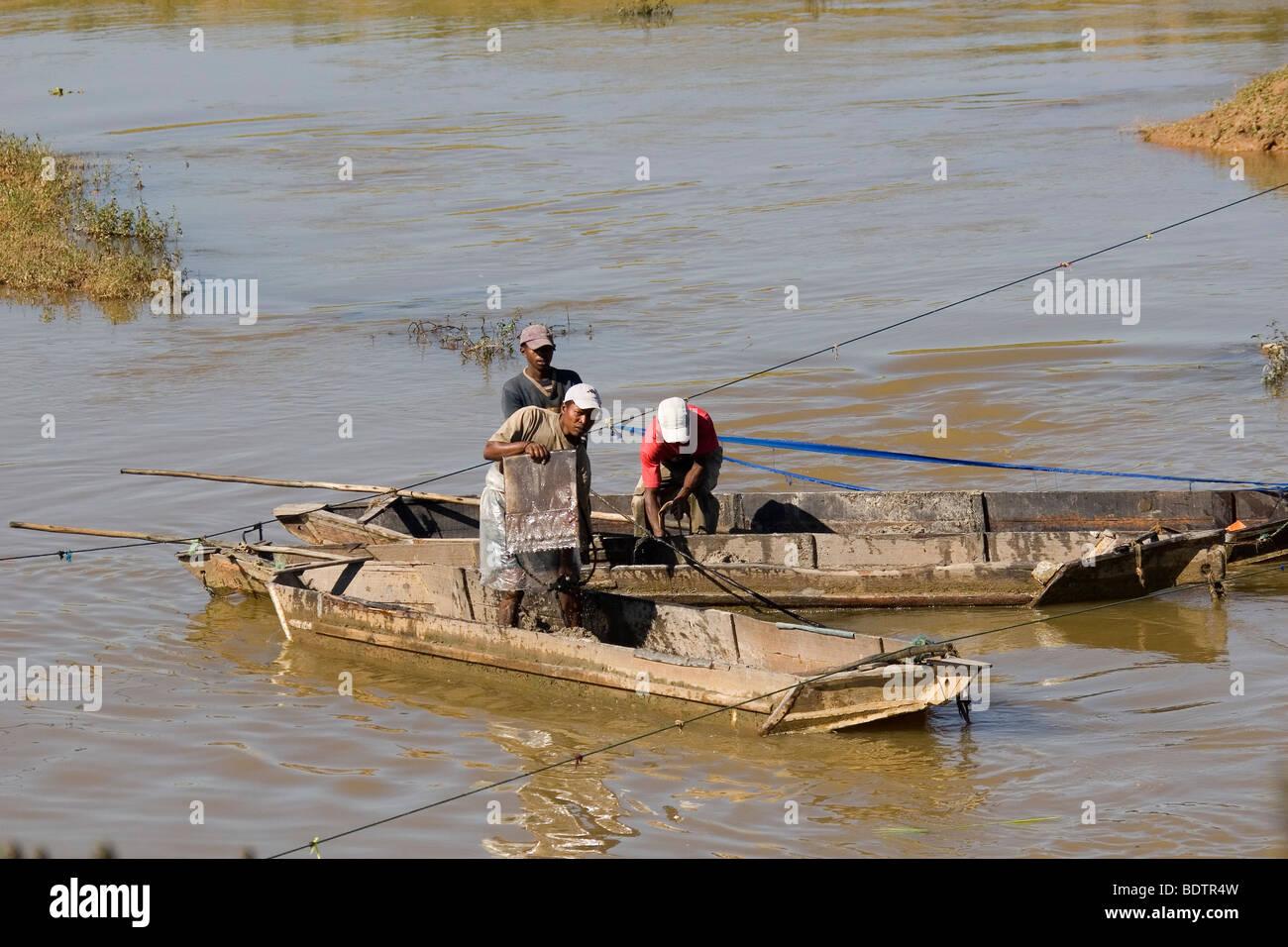 Flussarbeiter bei Antananarivo, Madagaskar, Afrika, river, worker, river workers, Madagascar, Africa - Stock Image