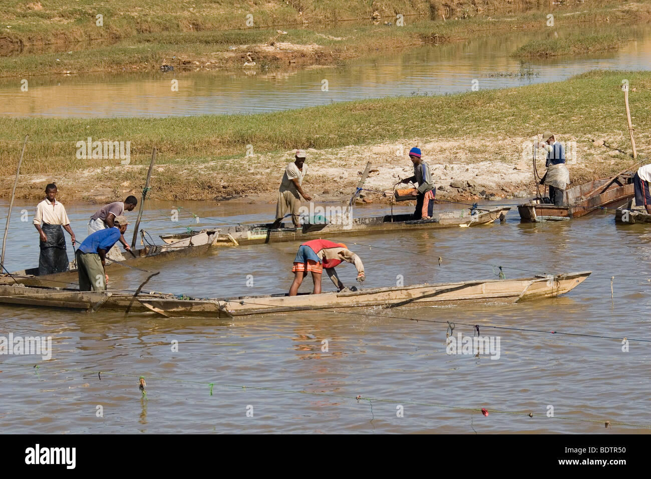 Flussarbeiter bei Antananarivo, Madagaskar, Afrika, river, worker, river workers, Madagascar, Africa Stock Photo