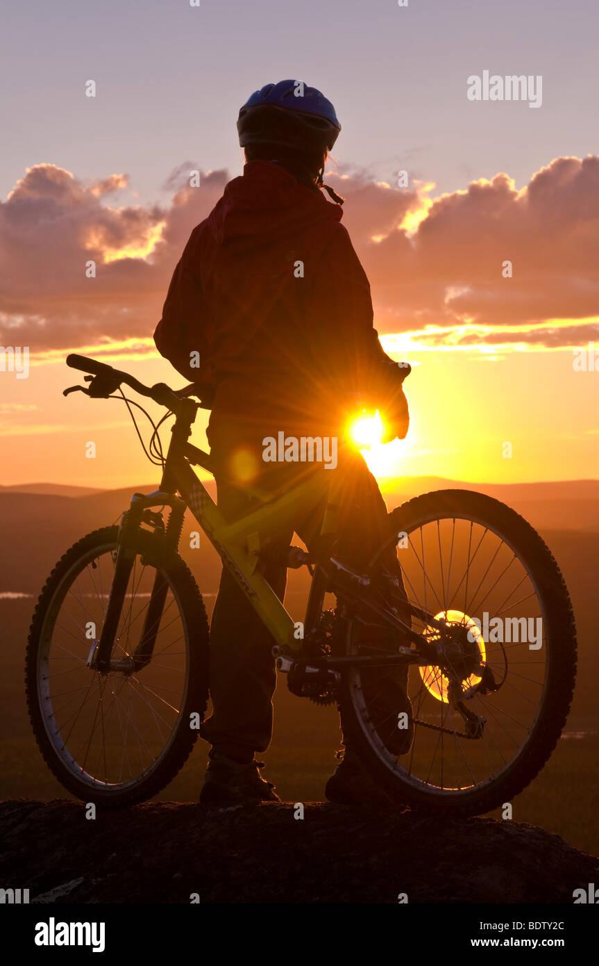 mountainbikerin in der mitternachtssonne, gaellivare, lappland, schweden, downhill cyclist at midnight sun, lapland, Stock Photo