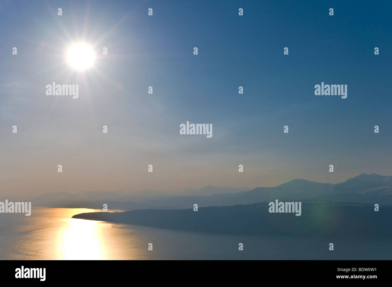 blick auf den ofotfjord mit spiegelnder sonne, narvik, nordland, norwegen, view at fiord with reflecting sun, norway - Stock Image