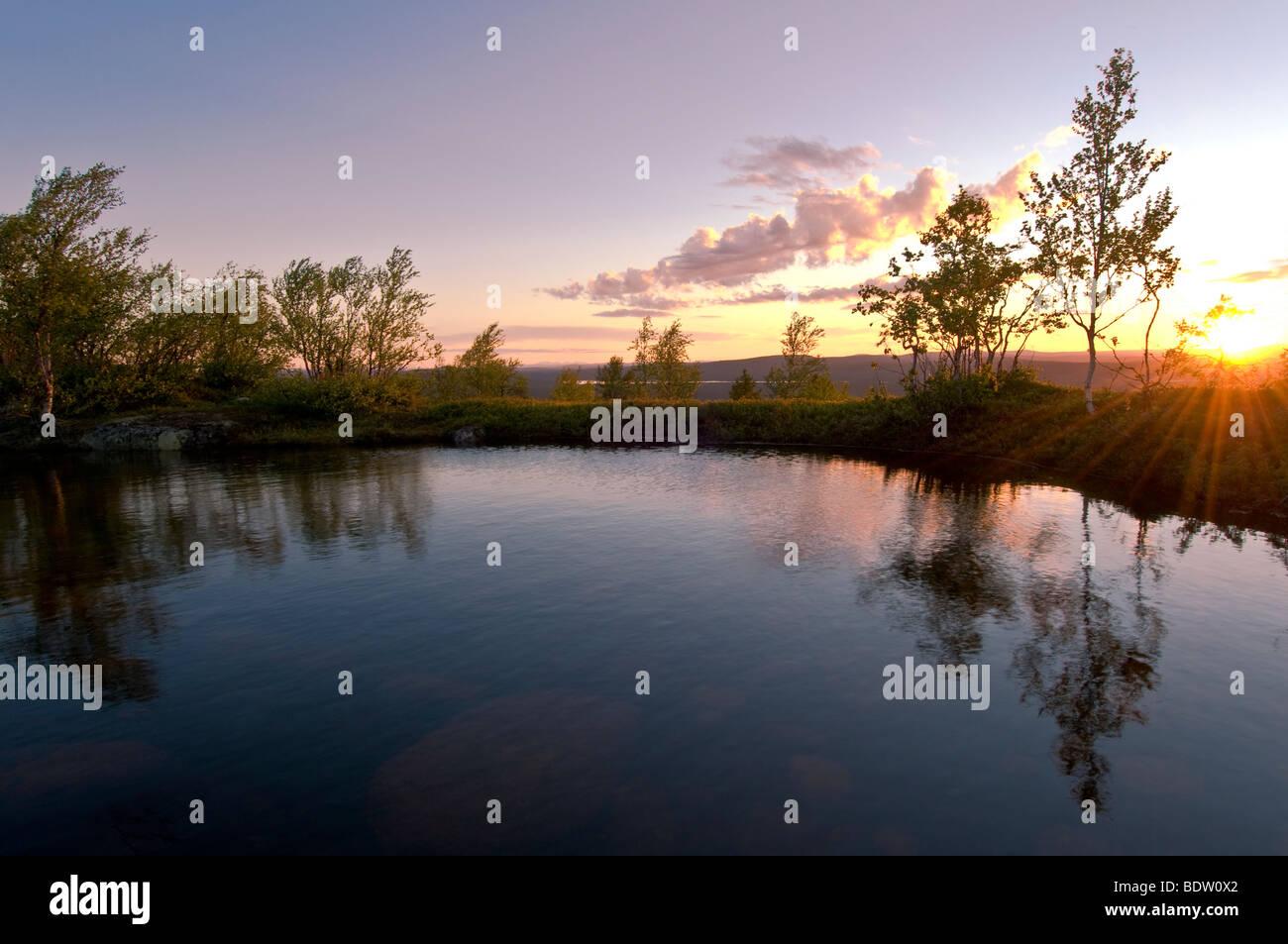 bergsee in der mitternachtssonne bei gaellivare, lappland, schweden, mountain lake in lapland at midnight sun, sweden Stock Photo
