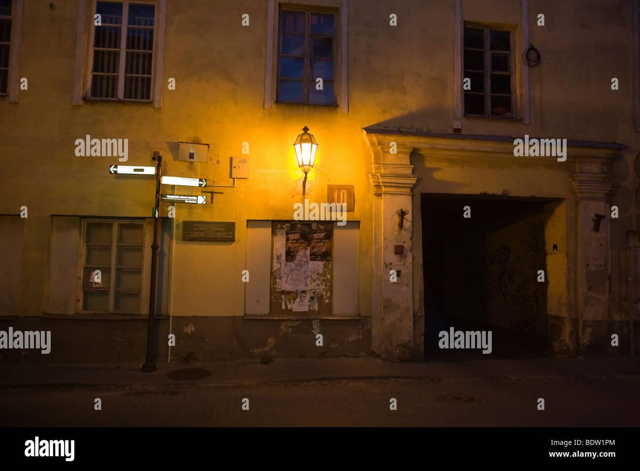 gasse in altstadt bei nacht, alley in old town at night, vilnius, vilna, litauen, lithuania Stock Photo