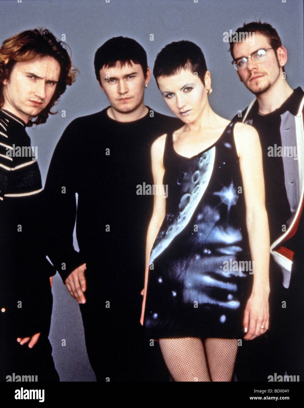 HOLA SOY EXTRATERRESTRE, ME ENSEÑAS ? The-cranberries-promotional-photo-of-irish-rock-group-with-dolores-BDX04Y