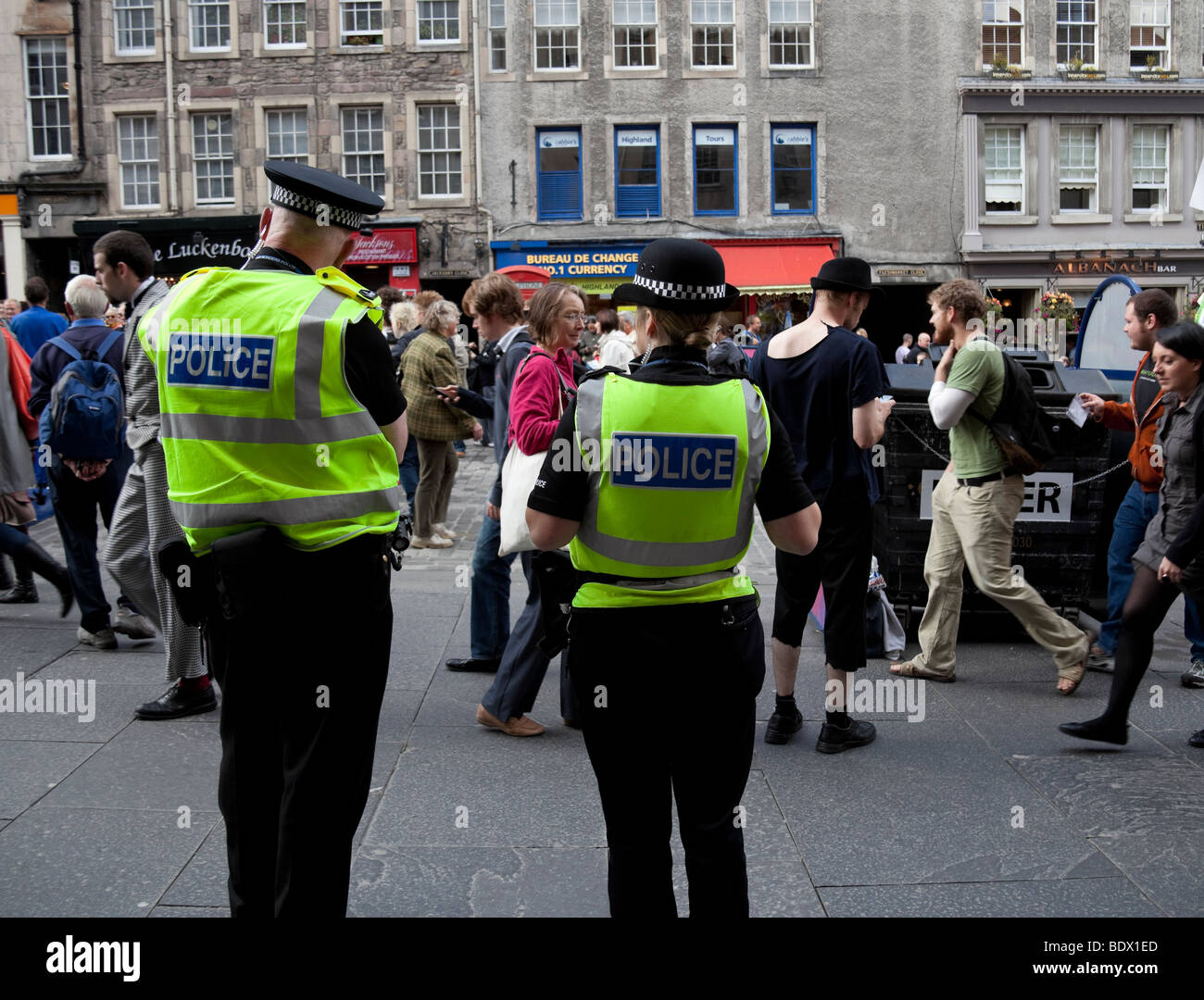 Police man and woman Royal Mile Edinburgh Scotland, UK Europe - Stock Image