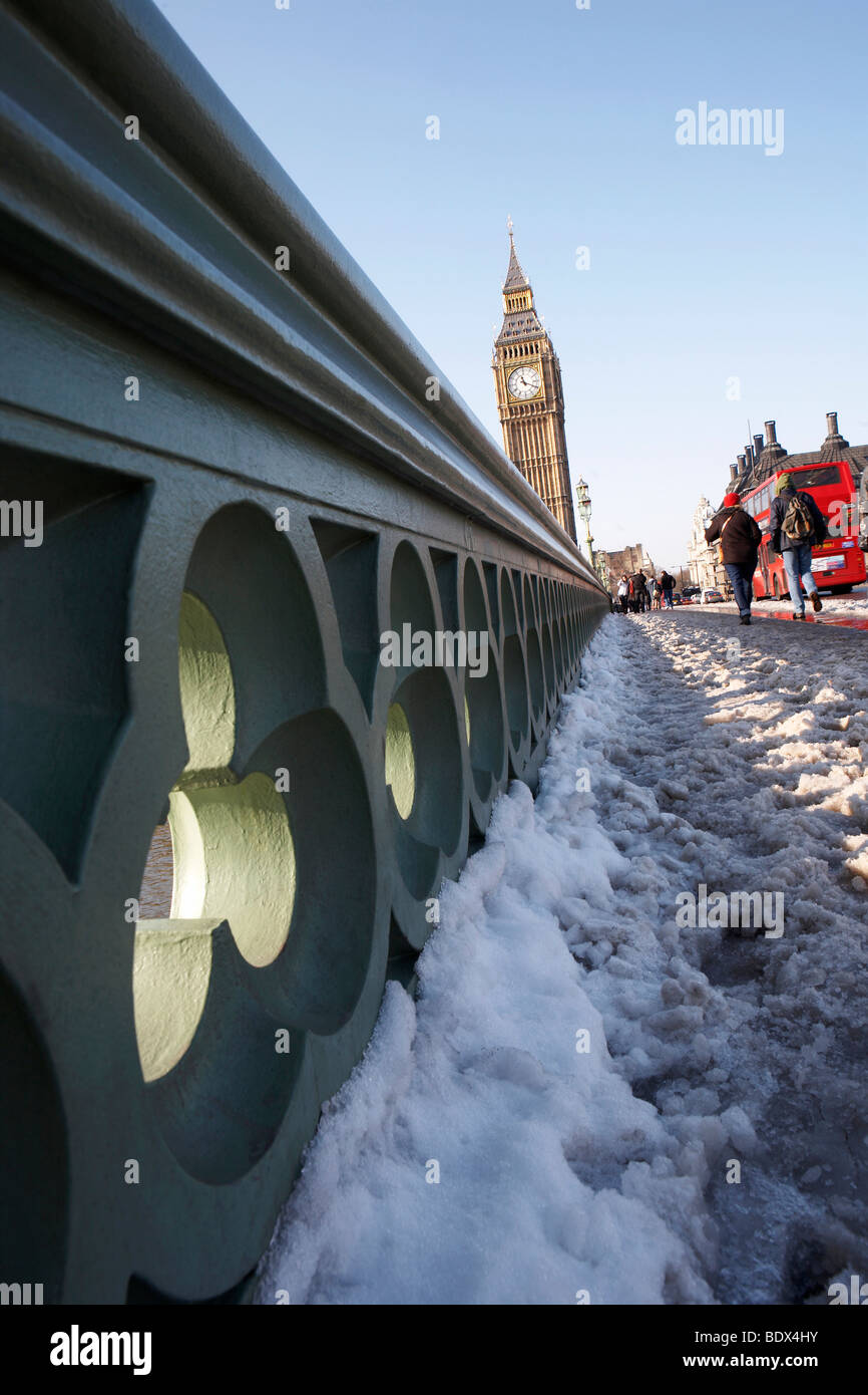 LONDON: BIG BEN AND WESTMINSTER BRIDGE IN THE SNOW - Stock Image