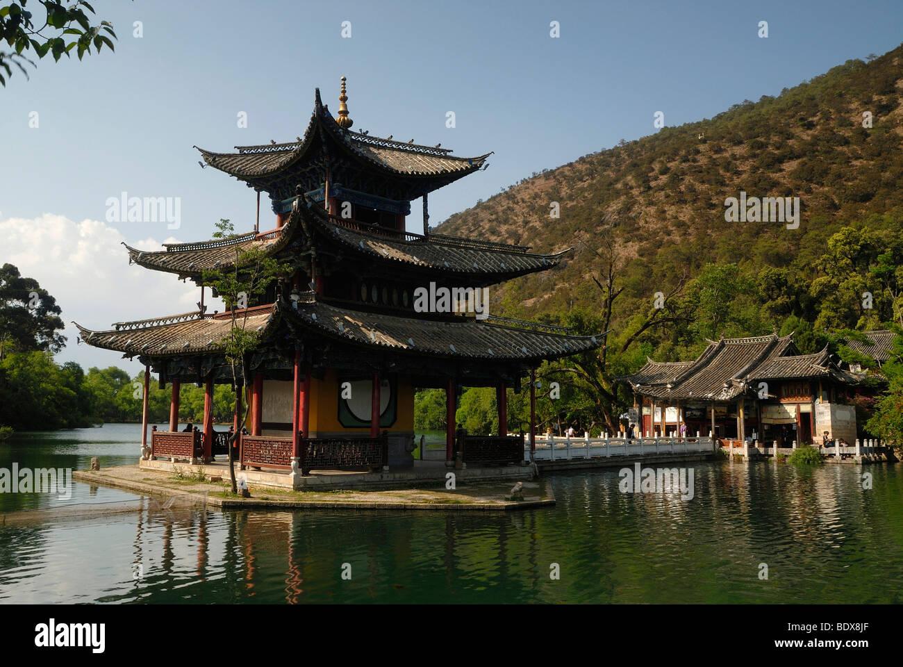 Pagoda of the Black Dragon Pool in front of the Jade Dragon Snow Mountain, Yu Long Xue Shan, 5596 m, Lijiang, Yunnan, - Stock Image