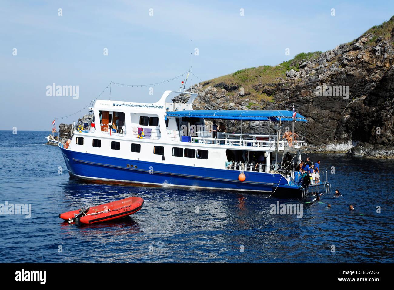 Dive ship picking up group of divers from the sea, Zodiac, Similan Islands, Phuket, Thailand, Asia, Andaman Sea, - Stock Image
