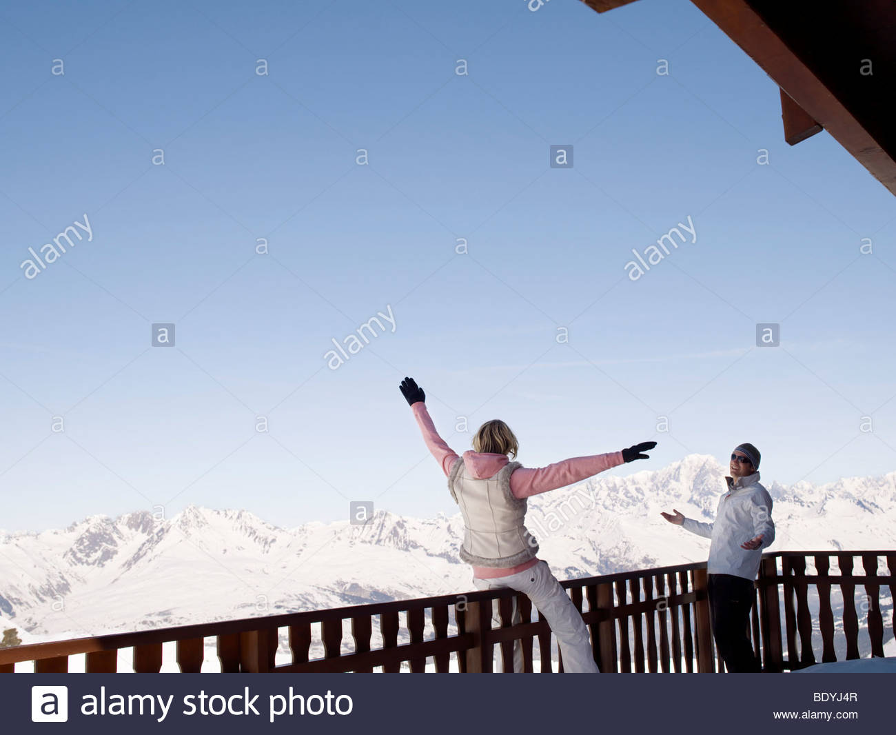 man and woman at mountain top bar - Stock Image