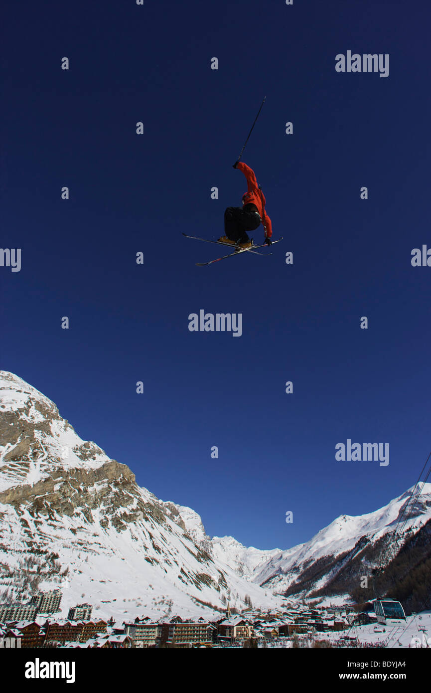 Freestyle skier jumping through the air. - Stock Image