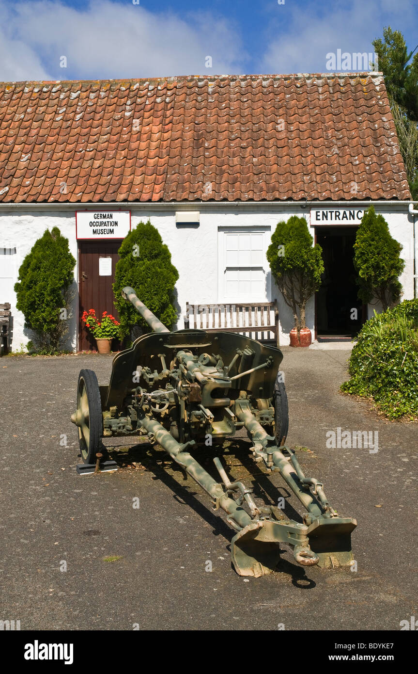 dh German Occupation Museum FOREST GUERNSEY Military Field gun outside entrance to museum wartime weaponry occupied - Stock Image