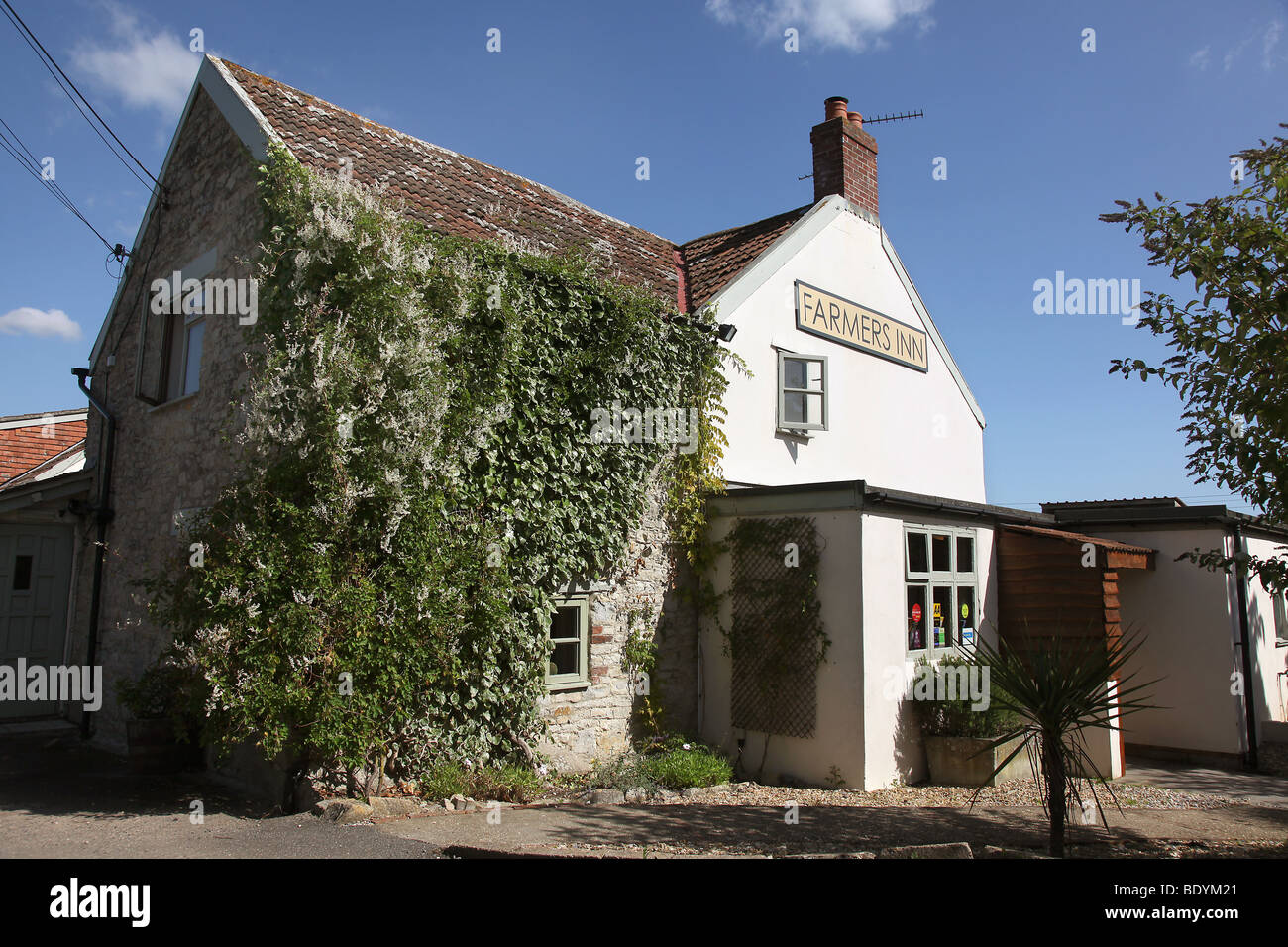 Picture by Mark Passmore. 06/09/2009. General view of the Farmers Inn, a gastro- pub in West Hatch, Somerset. - Stock Image