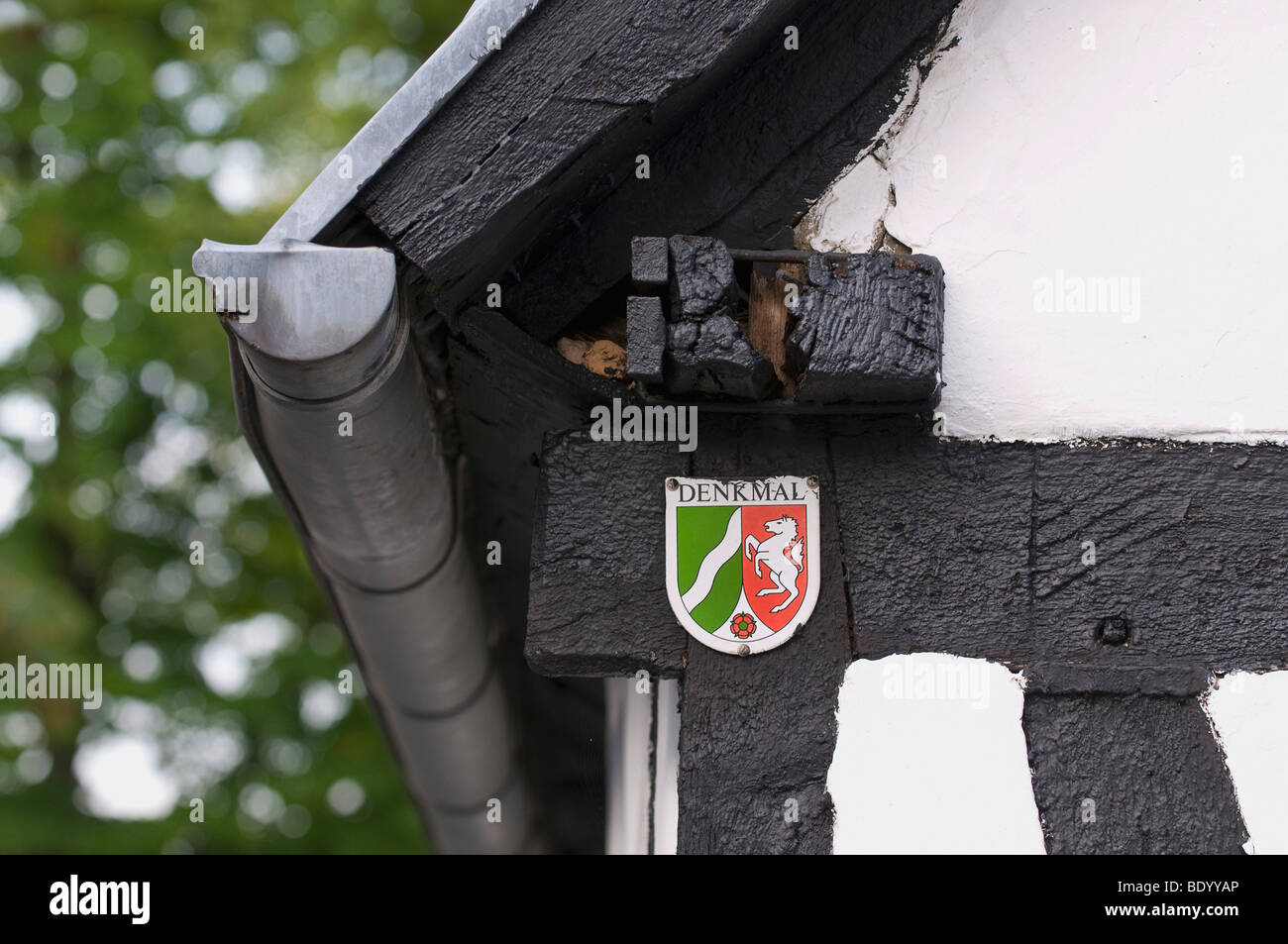 Memorial plaque of North Rhine-Westphalia on the timber framing of a half-timbered building, roof gutters on the - Stock Image