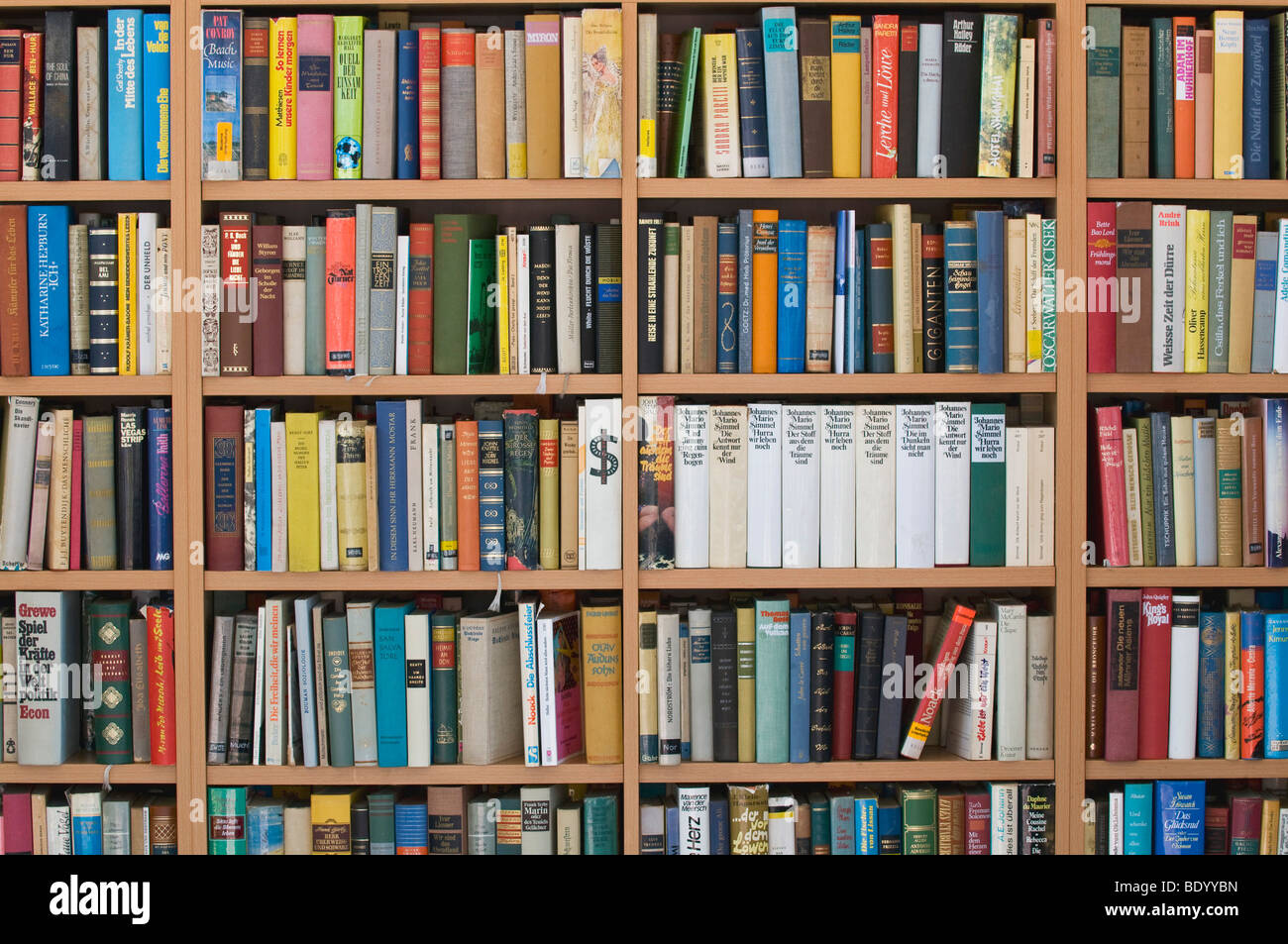 Bookcase filled to the brim, Book Market - Stock Image