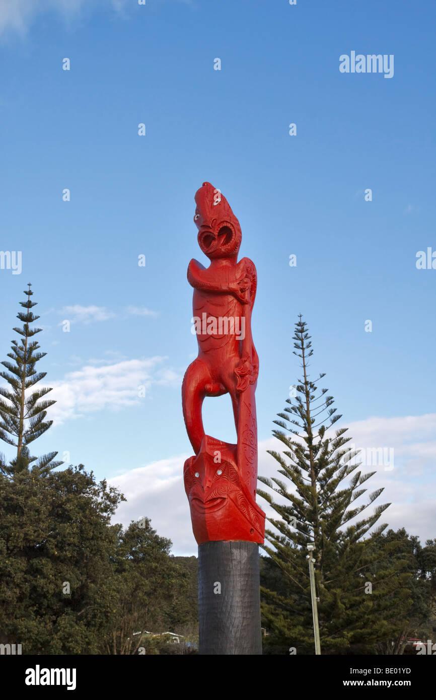 Maori totem pole in a field in the village of Waitangi, Paihia, Bay of Islands, New Zealand Stock Photo