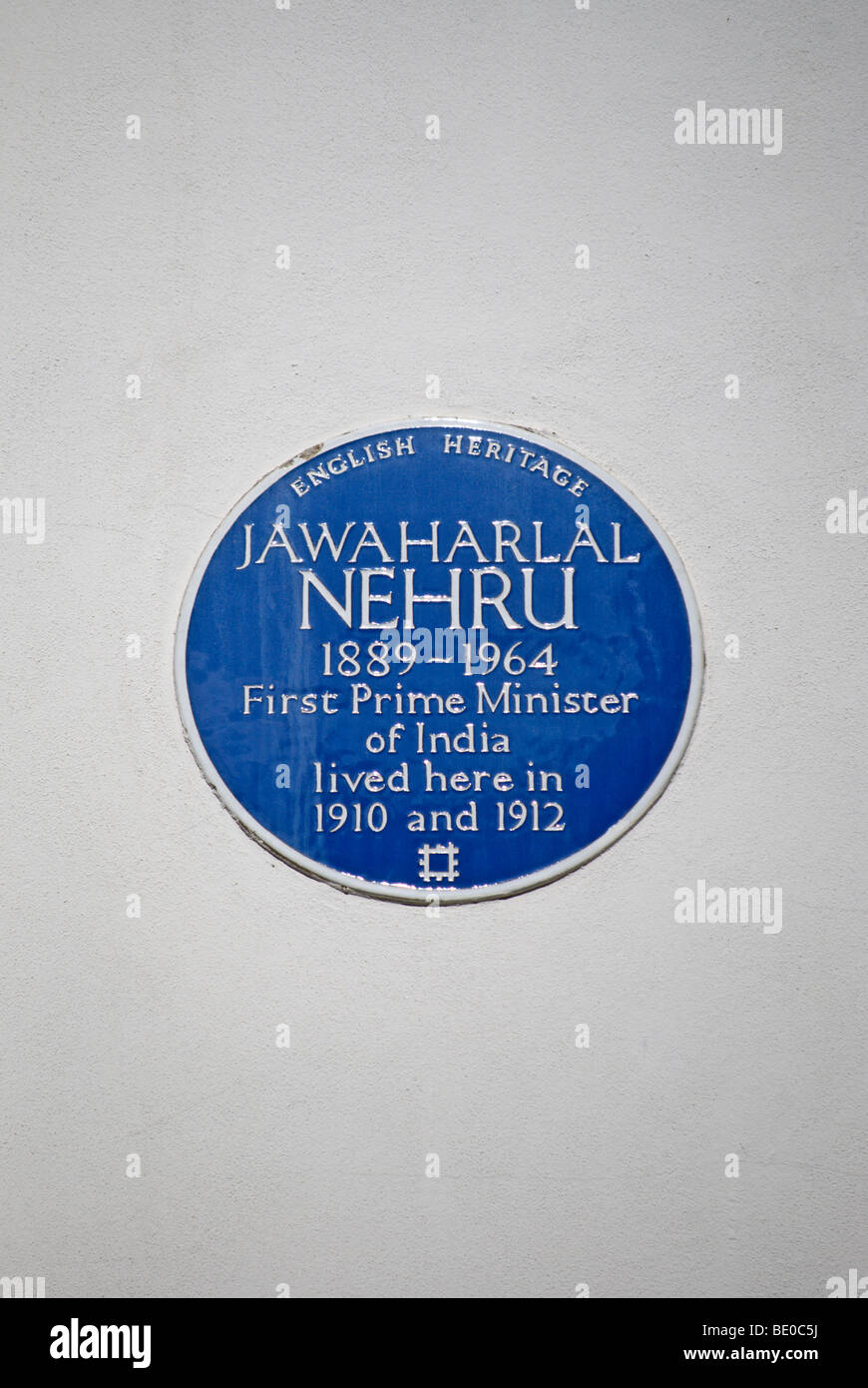 english heritage blue plaque marking a former home of  jawaharlal nehru, first prime minister of india, in notting - Stock Image