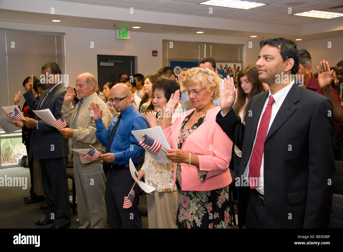New United States citizens raise their right hand for citizenship oath ceremony in Idaho, USA. - Stock Image