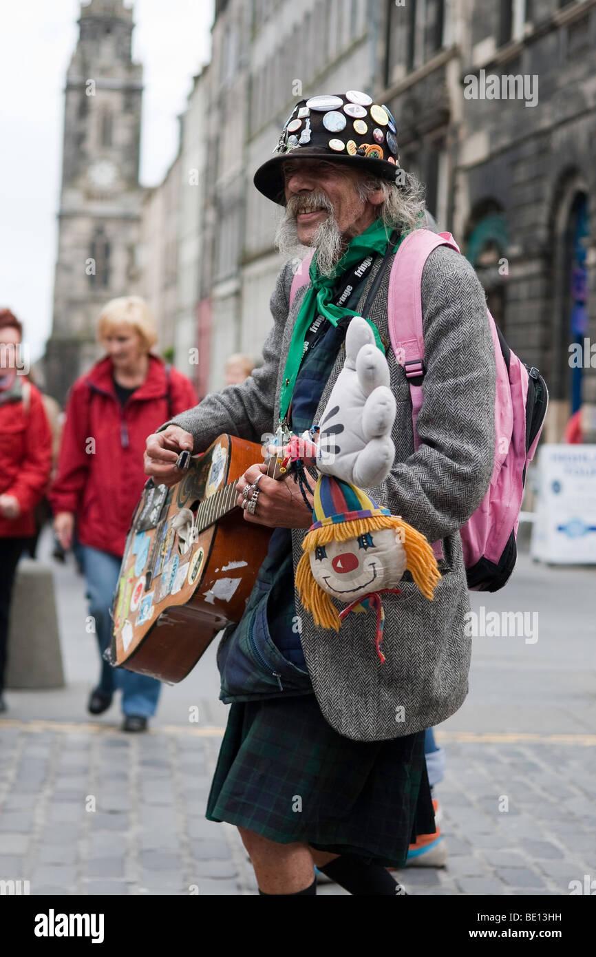 A street performer on Edinburgh's Royal Mile during the Fringe Festival - Stock Image