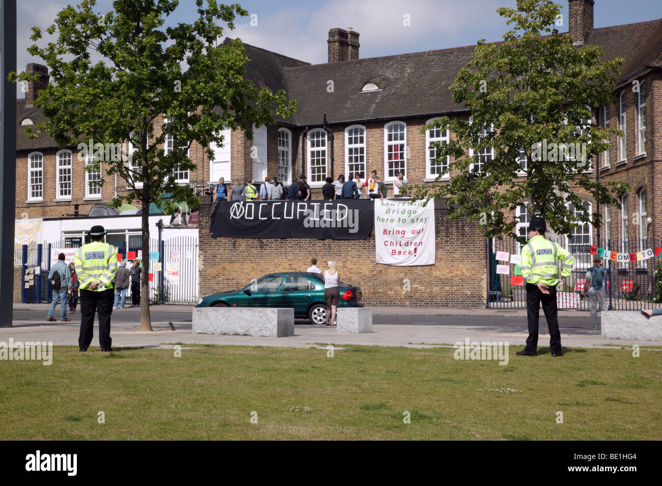 Police, Council Officials and Bailiffs fail to repossess Lewisham Bridge Primary School from occupying rooftop protestors. - Stock Image