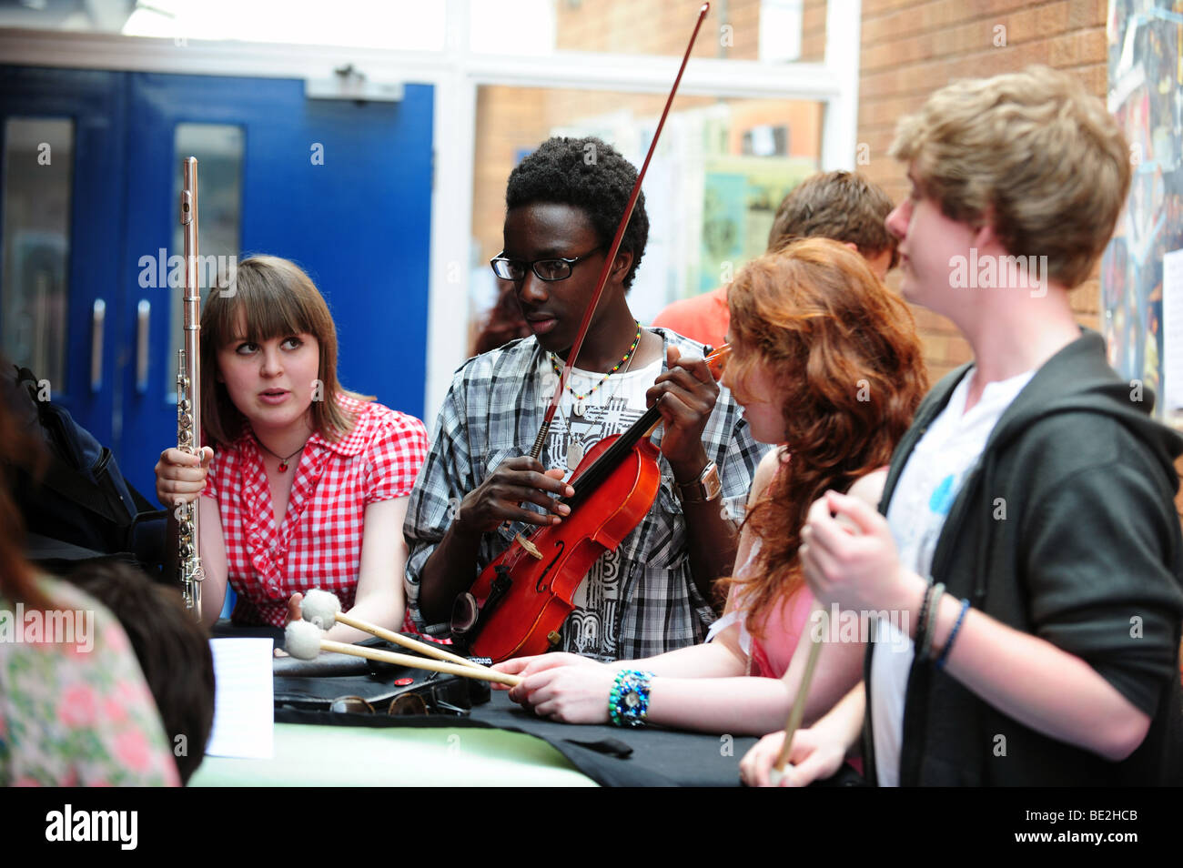 Students rehearse for music class at sixth form further education college Stock Photo