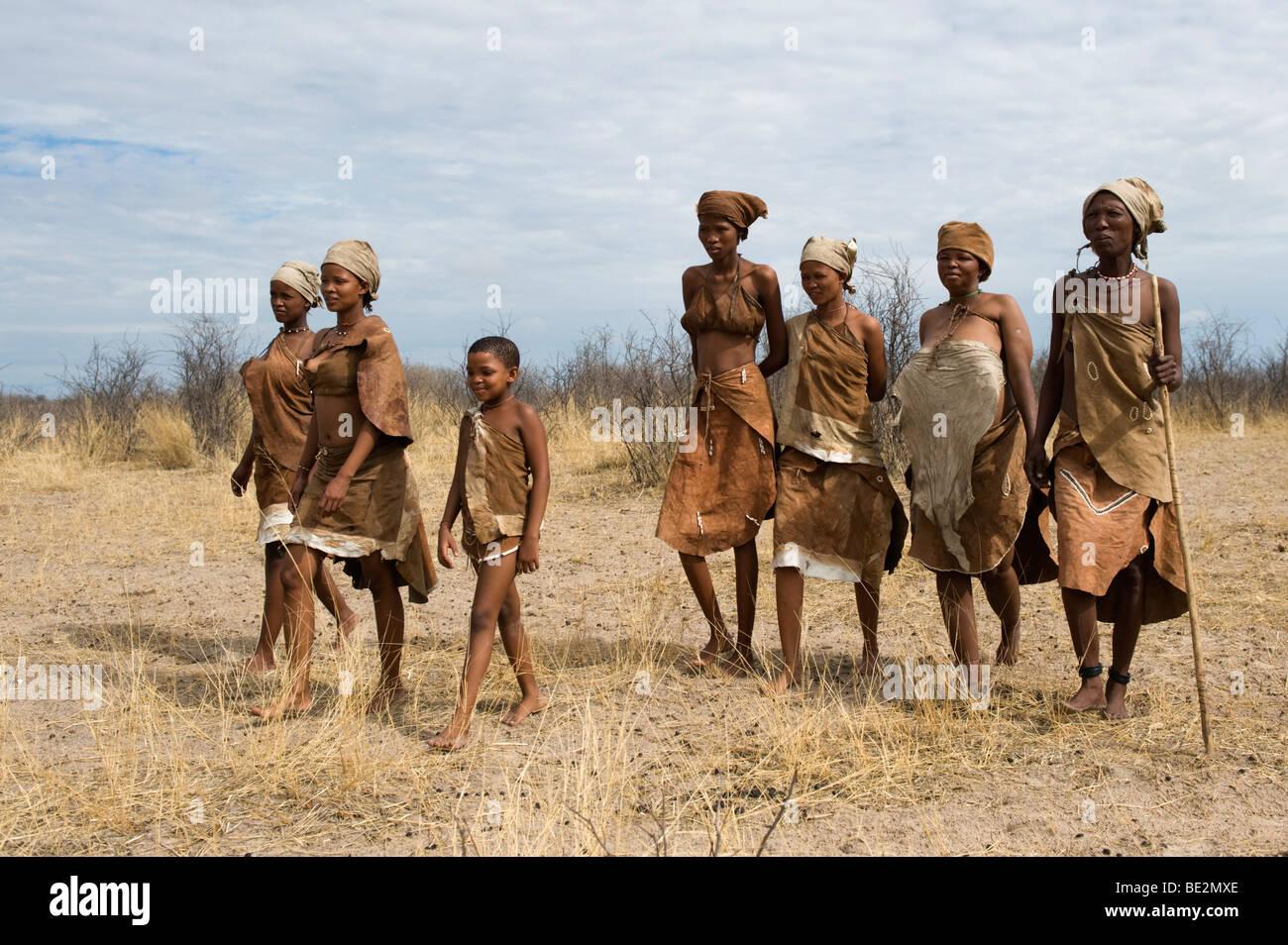 Naro bushman (San) women walking, Central Kalahari, Botswana - Stock Image