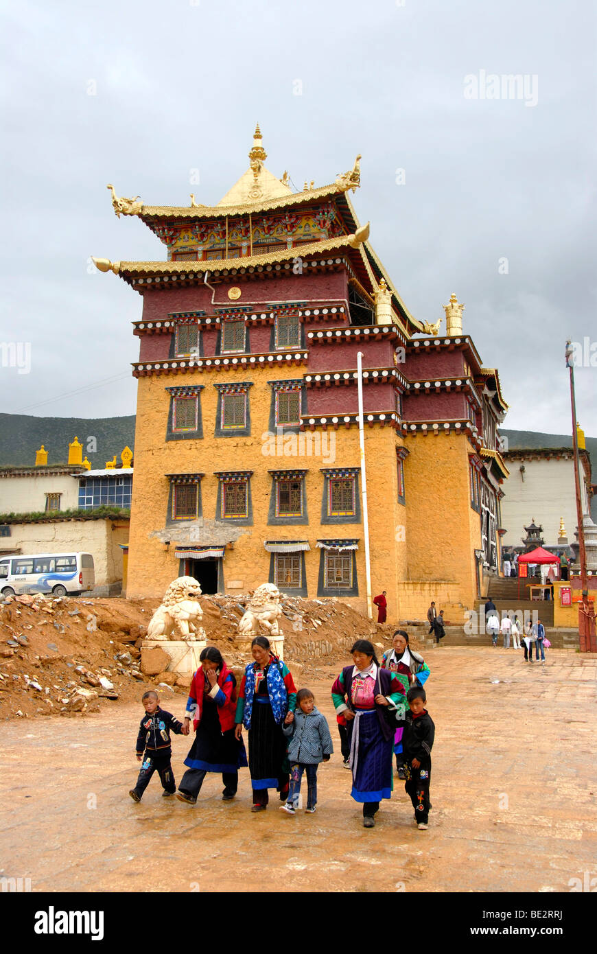 Tibetan Buddhism, Tibetans in front of temple, Monastery Ganden Sumtseling Gompa, Zhongdian, Shangri-La, Yunnan - Stock Image