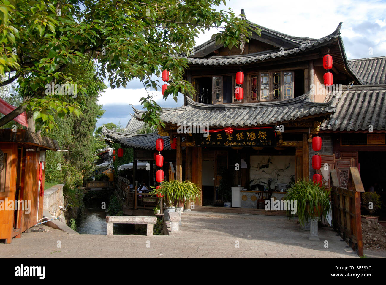 Old house with red lanterns, old town of Lijiang, UNESCO World Heritage Site, Yunnan Province, People's Republic - Stock Image