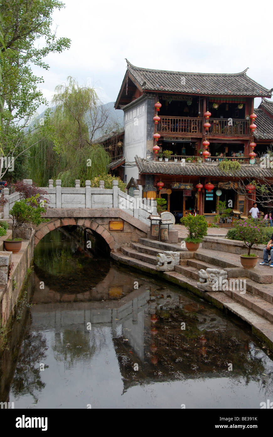 Canal, bridge, old house, historic centre of Lijiang, UNESCO World Heritage Site, Yunnan Province, People's - Stock Image