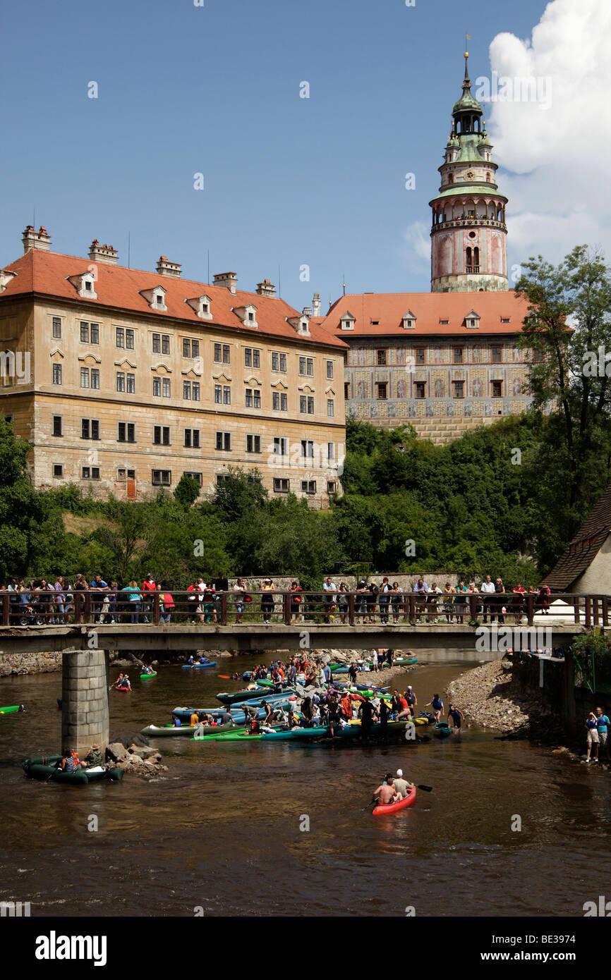 Canoes on Vltava river in front of the castle, Český Krumlov, Czech Republic, Europe - Stock Image