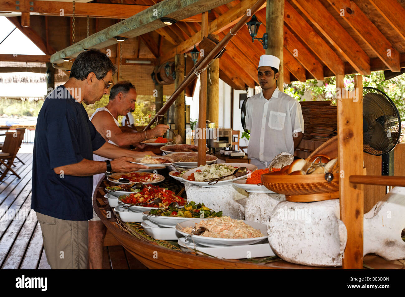 Guests at the buffet with cook, Maldive island, South Male Atoll, Maldives, Achipelago, Asia, Indian Ocean - Stock Image