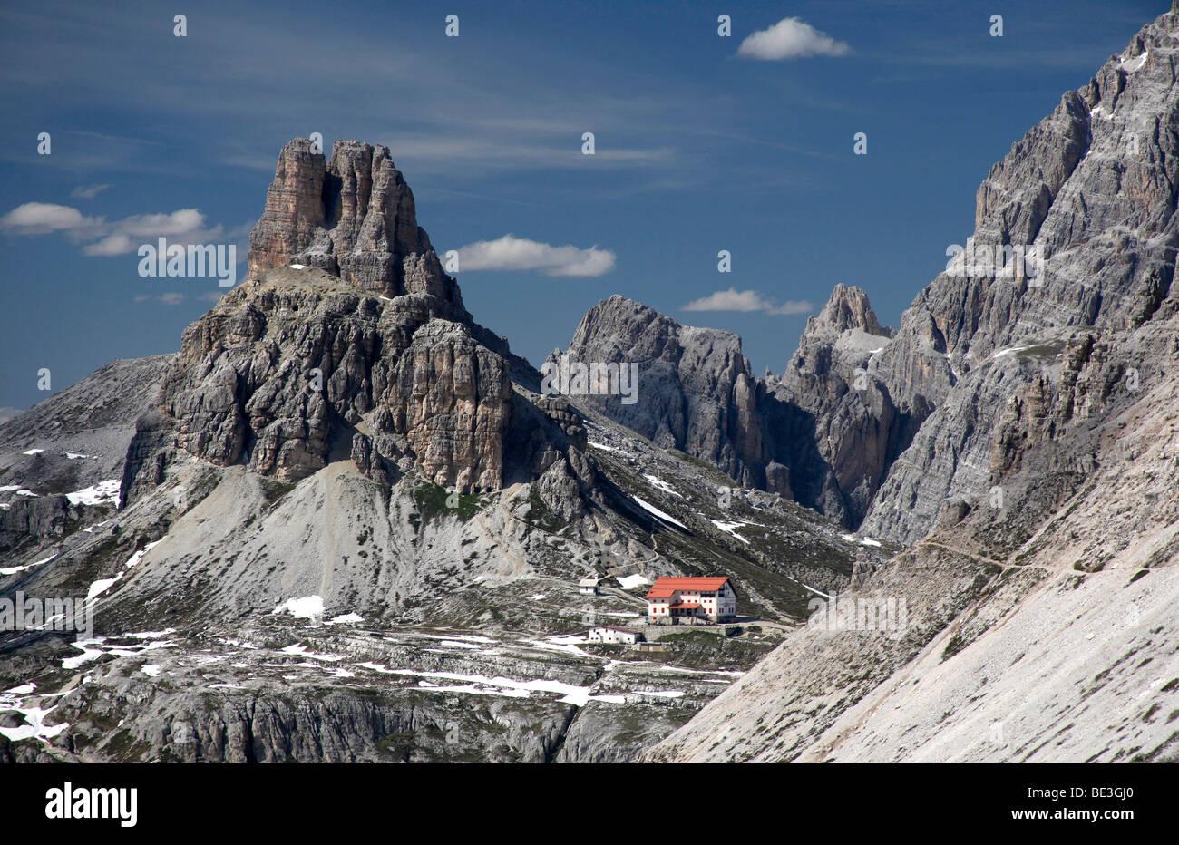 Tre Cimi di Lavaredo cabin, Tre Cimi di Lavaredo, Dolomites, Alto Adige, Italy, Europe - Stock Image