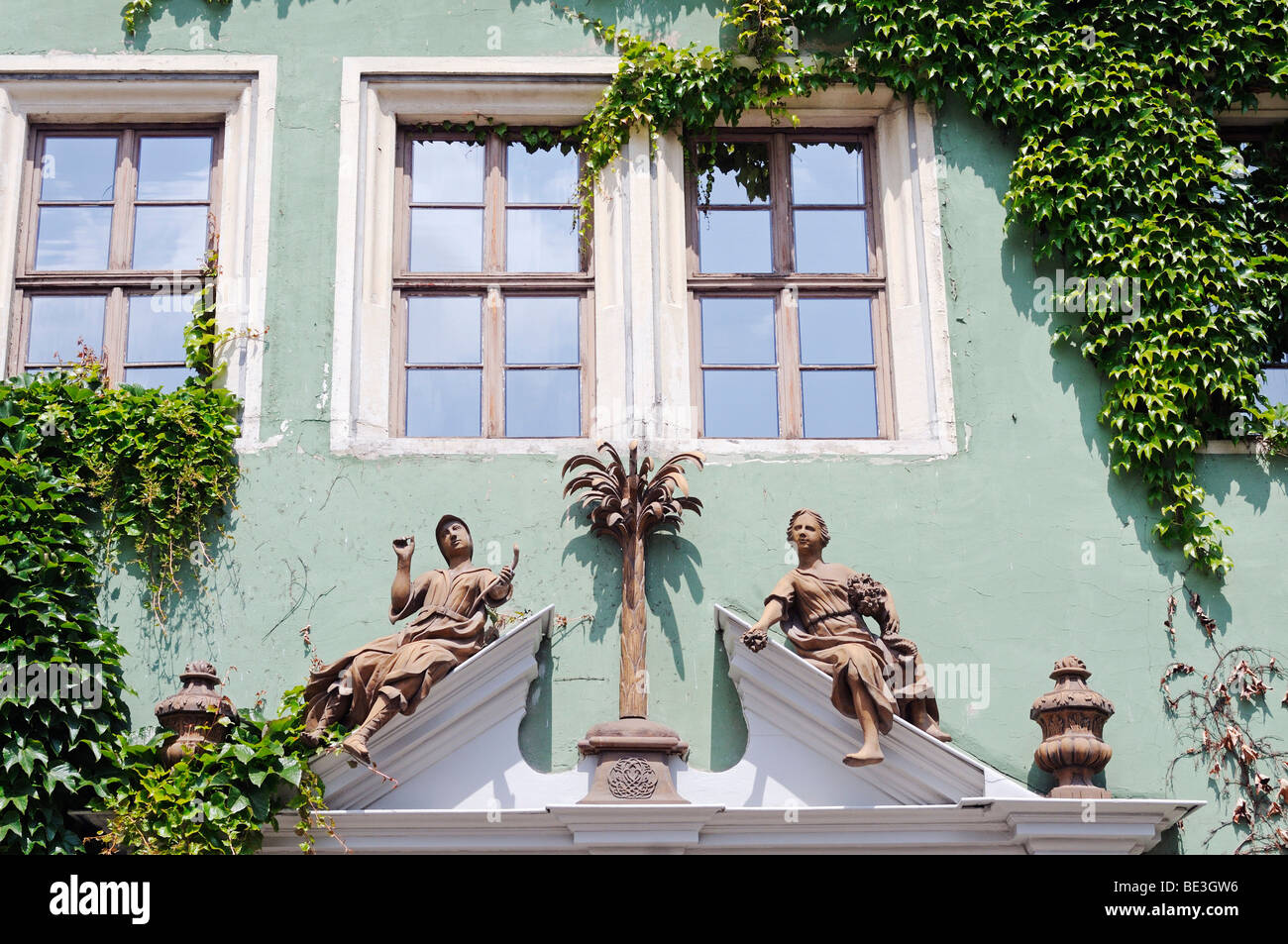 Sculptures, house sign of the 'Haus zum Palmbaum' museum, market square of Arnstadt, Thuringia, Germany, - Stock Image