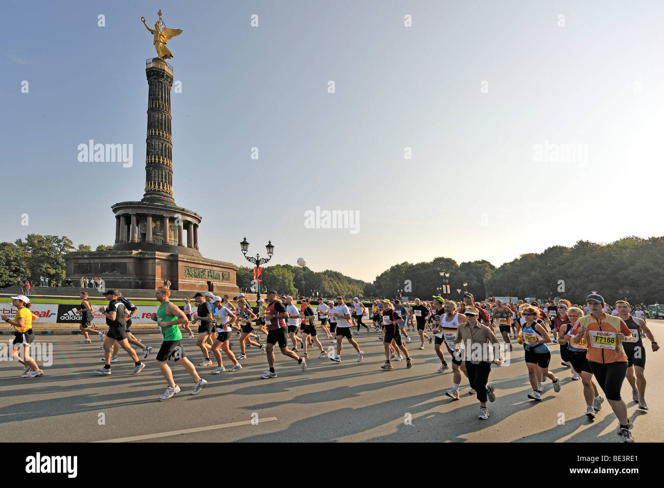 Runners of the Berlin Marathon 2009 at the Grosser Stern roundabout, Berlin, Germany, Europe - Stock Image