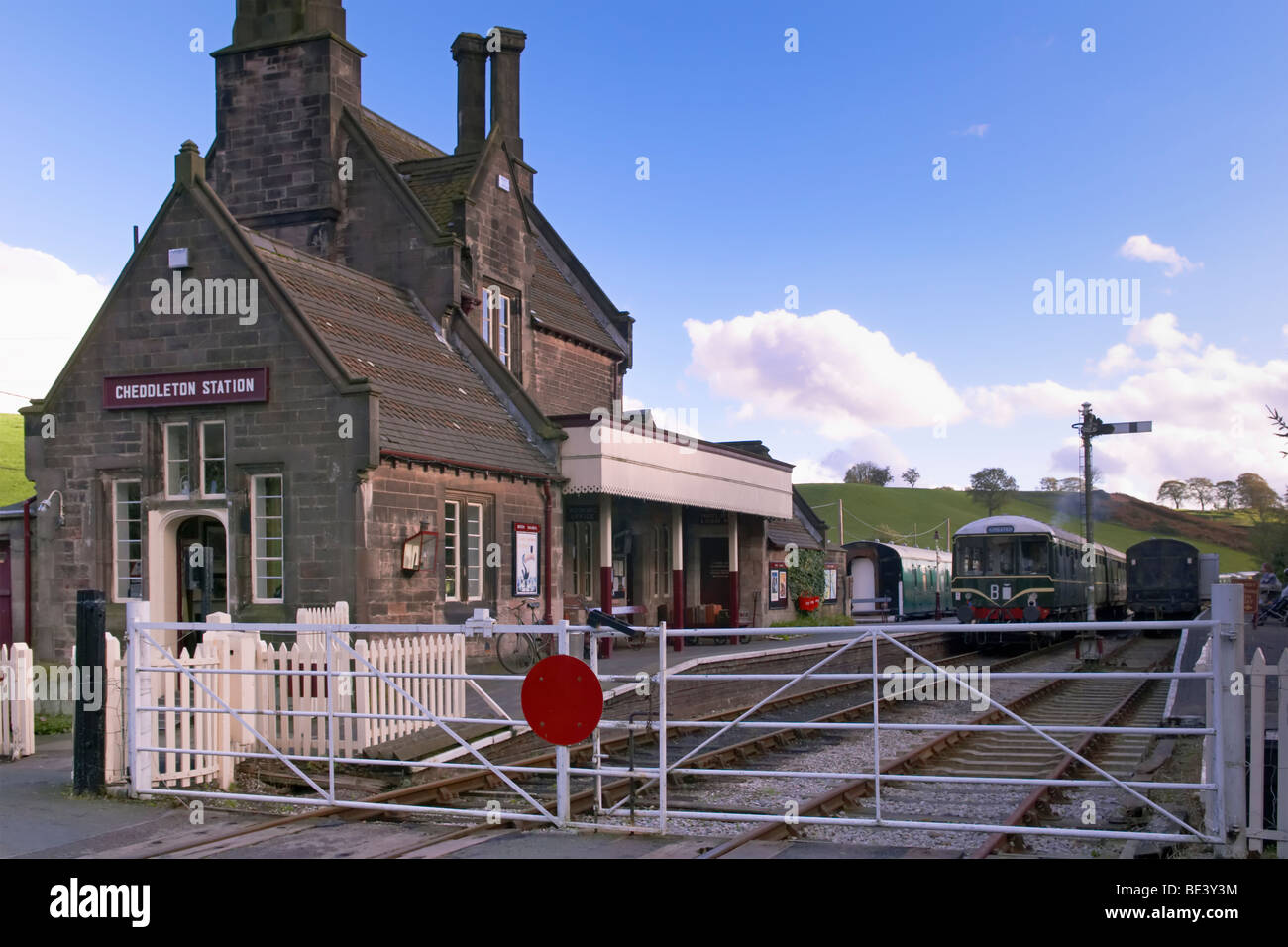 Railway crossing barriers at Cheddleton Station - Stock Image