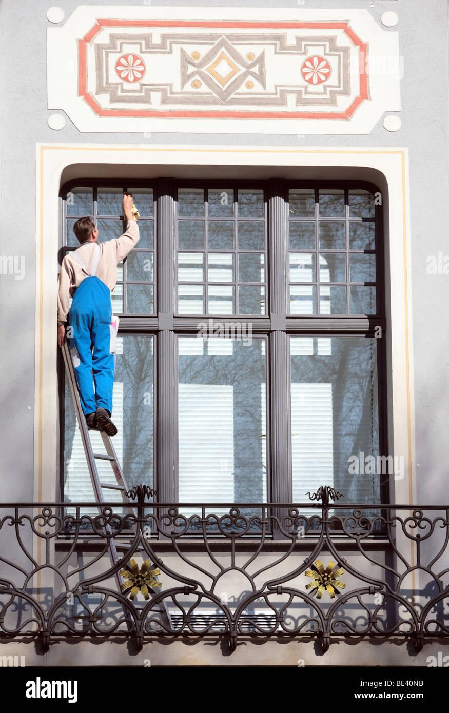 Fensterputzer an einem denkmalgeschuetzen Gebaeude in Muenchen  WINDOW CLEANER Stock Photo