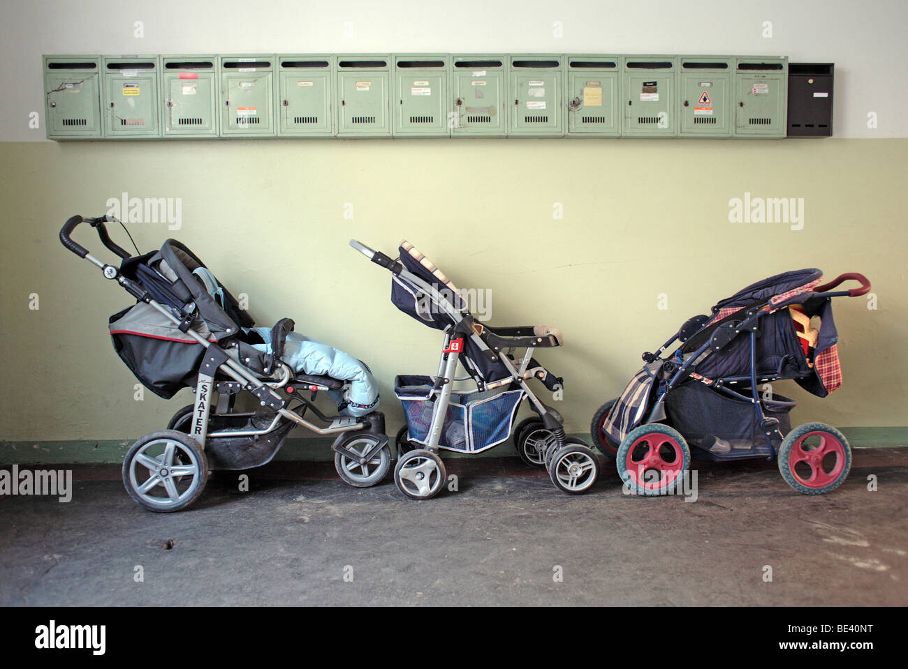 Kinderwagen im Hauseingang eines Mietshauses in Muenchen PERAMBULATOR INFRONT OF LETTERBOXES Stock Photo