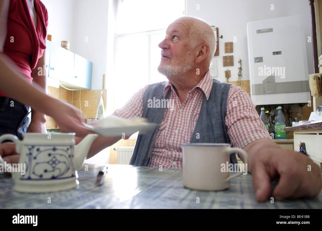 Rentner in der Kueche Stock Photo