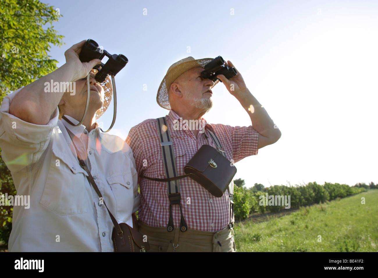 Ein Seniorenpaar mit Fernglaesern . Heidelberg Stock Photo