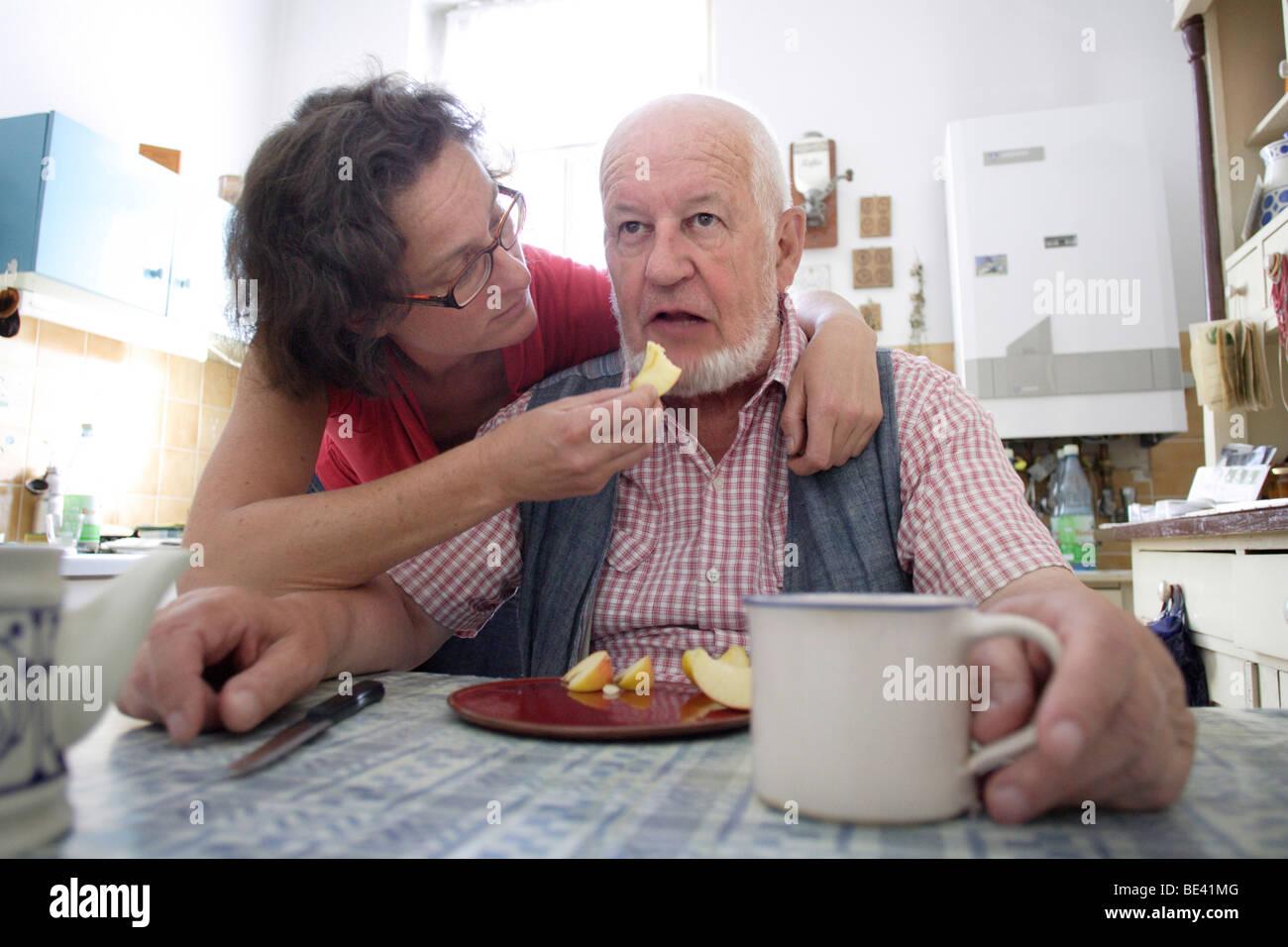 Pflegefall , Gesundheitssystem . Rentner in der Kueche Stock Photo