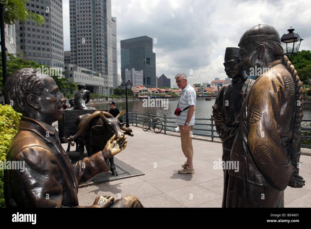 THE RIVER MERCHANTS, bronze sculpture by Aw Tee Hong, Flint Street, Fullerton Square, Singapore, Southeast Asia - Stock Image