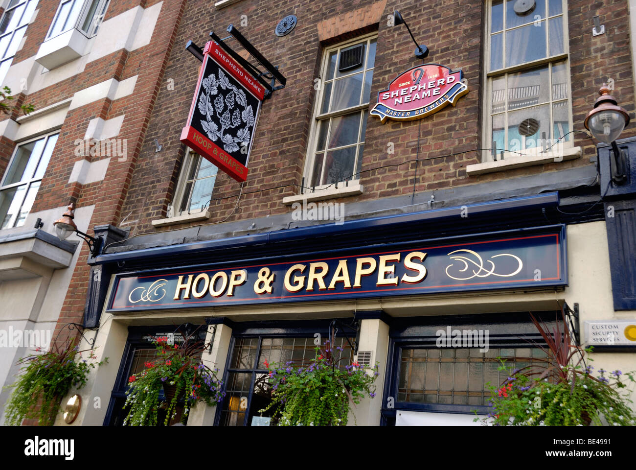 The Hoop and Grapes public house in Farringdon Street, London EC4, England - Stock Image