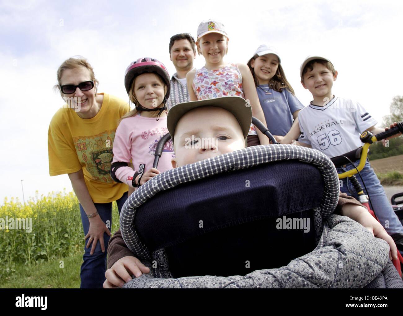Eine Familie bei einem Spaziergang Stock Photo