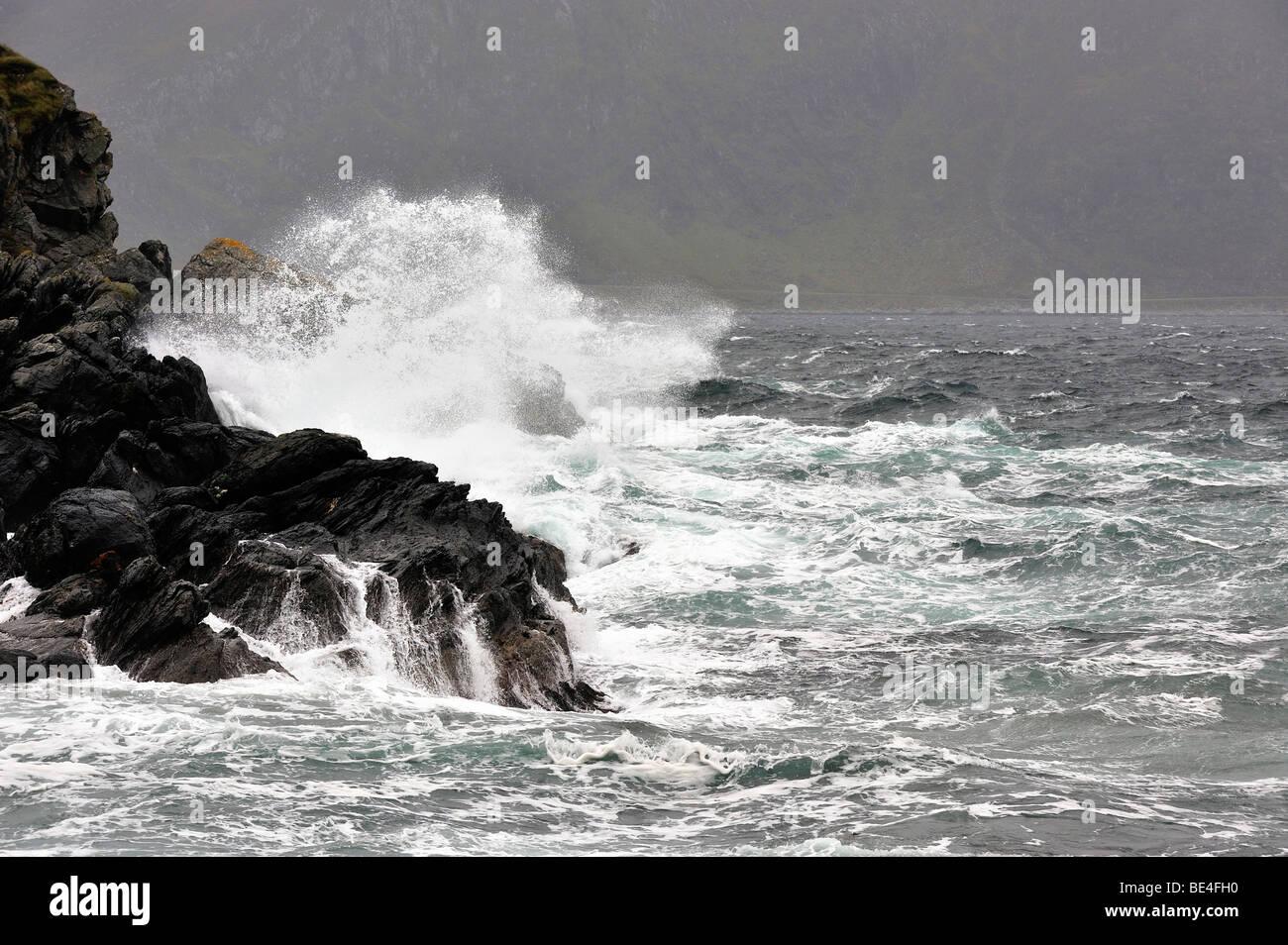 Waves crashing on rocks - Stock Image