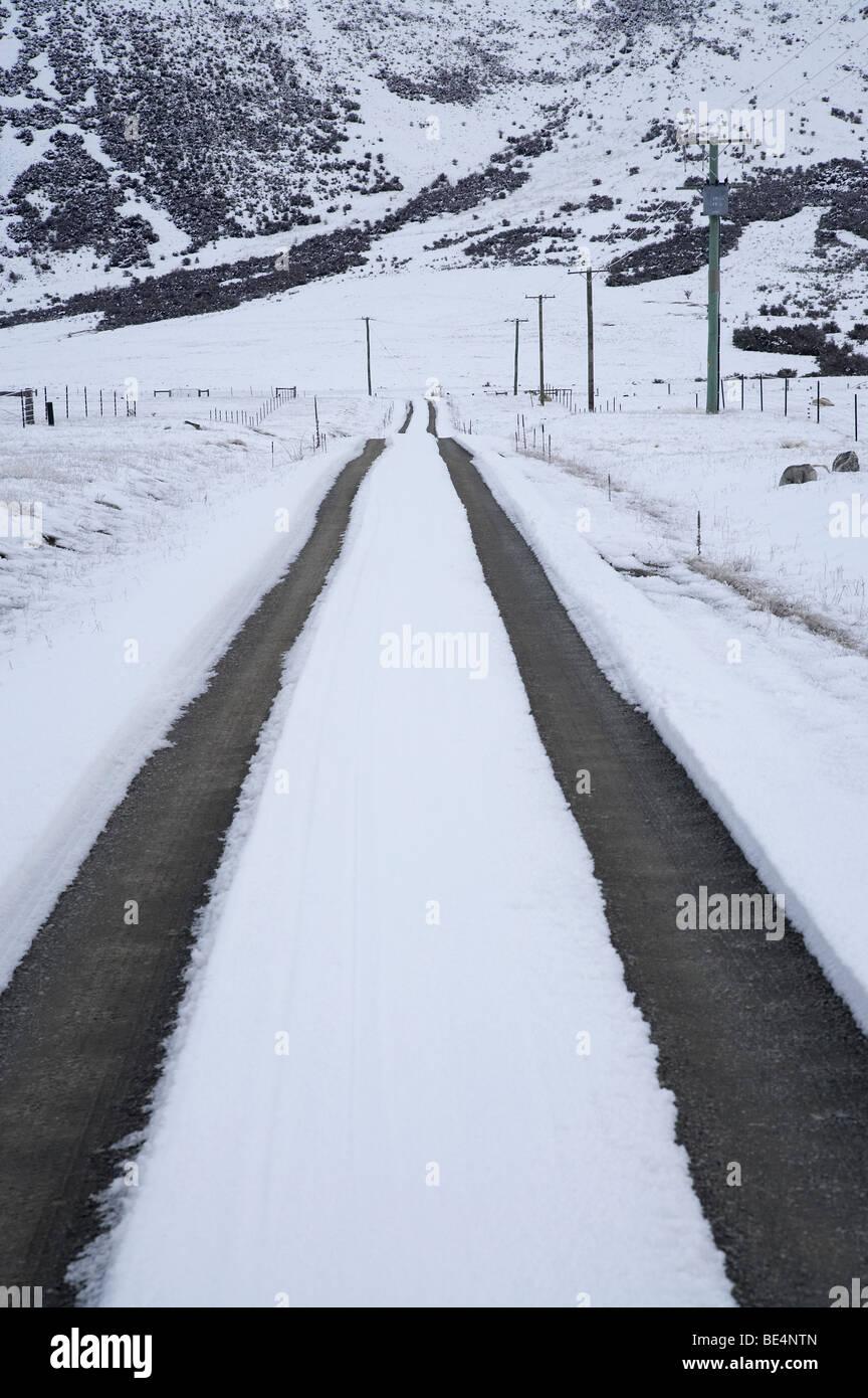 Snowy Road and Ben Ohau Range, Mackenzie Country, Canterbury, South Island, New Zealand - Stock Image