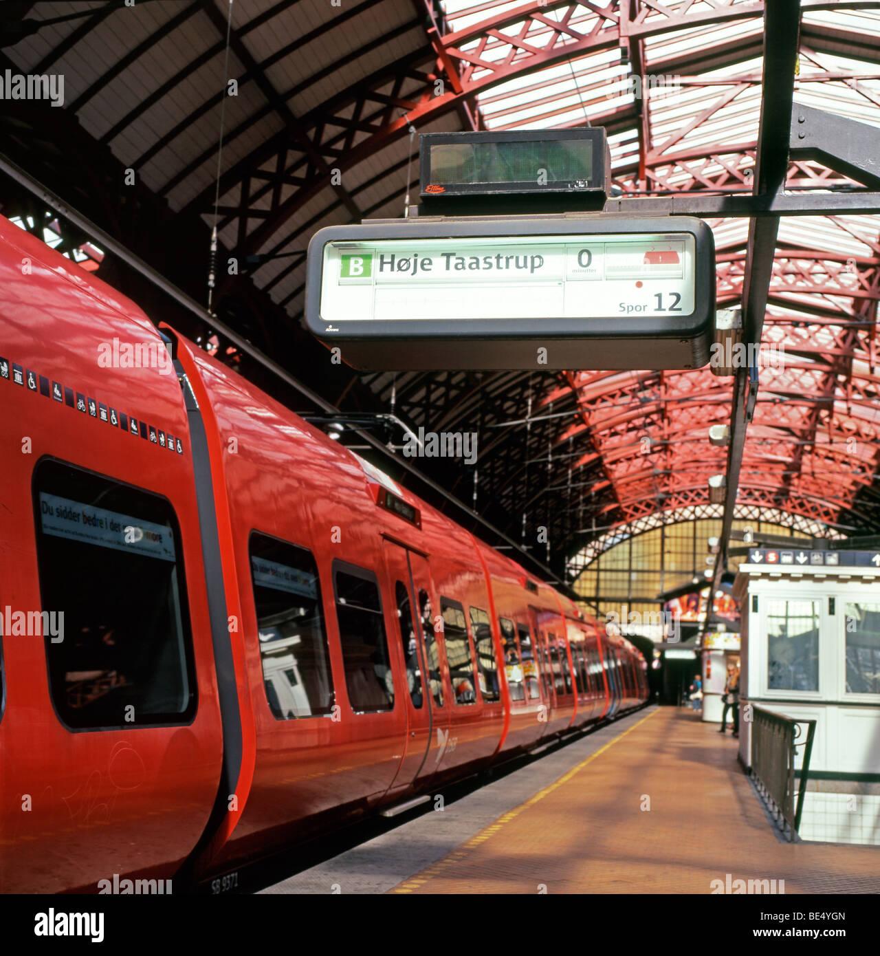 A red train sitting on the platform at Central Station, Kobenhavn H, Hovedbanegarden, Copenhagen Denmark  KATHY - Stock Image