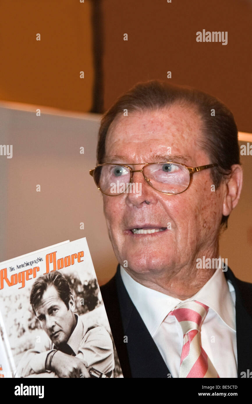 The English actor and former James Bond actor Sir Roger Moore Stock Photo