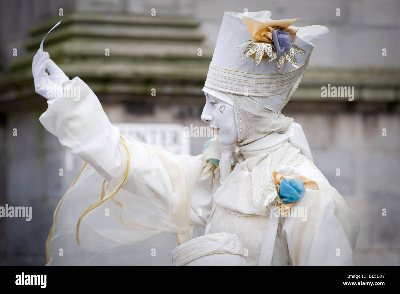 Street performer acting in the Royal Mile of Edinburgh as part of the 2009 Fringe festival, Scotland. UK - Stock Image