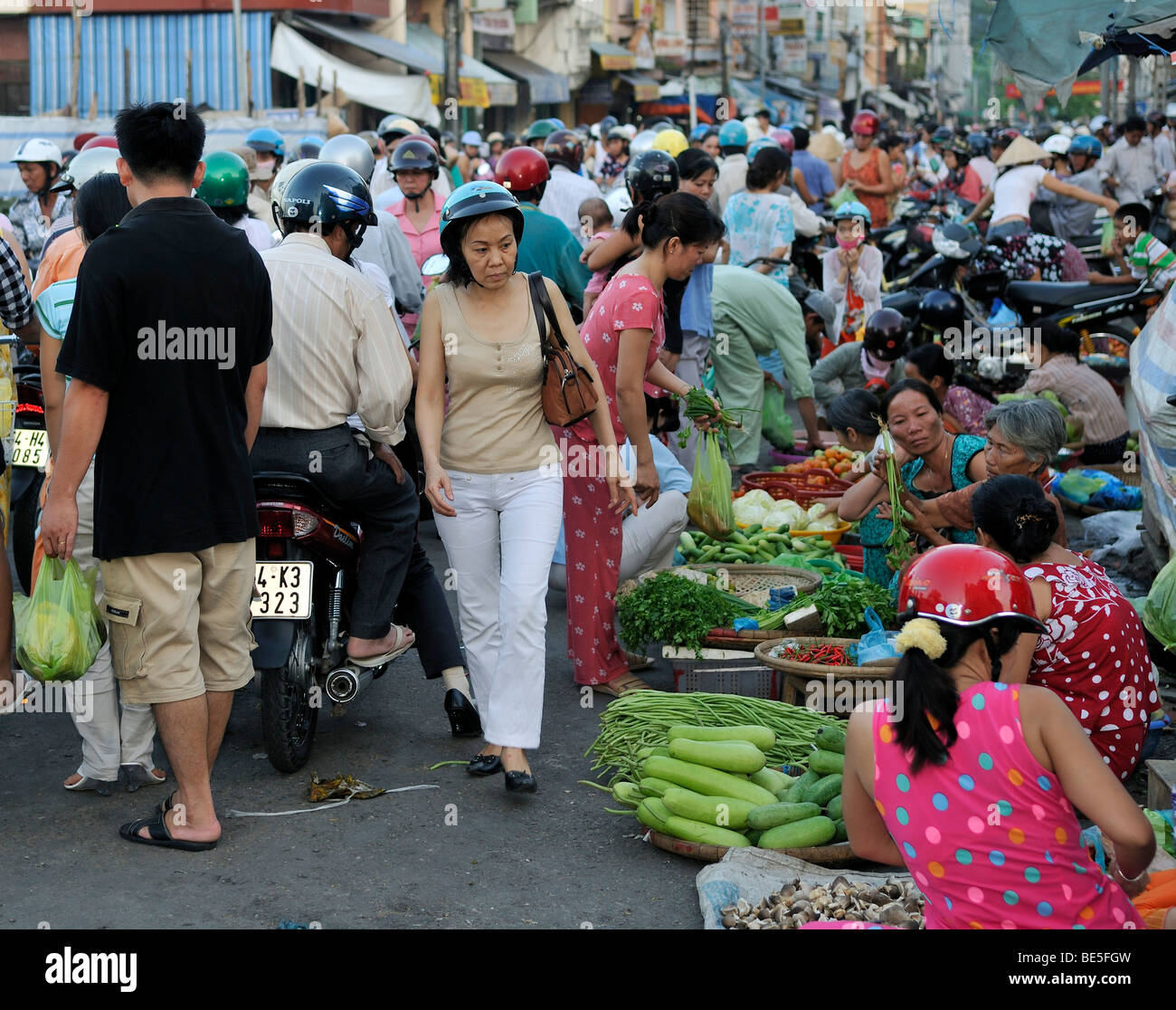 Many people crowd on the road at a street market, Vinh Longh, Mekong Delta, Vietnam, Asia - Stock Image